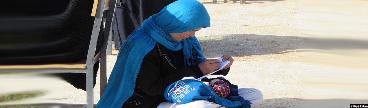 کودکی در آغوش و دستی در پارچه امتحان؛ جهانتاب احمدی آیکون جدید رسانه های اجتماعی افغانستان کیست؟