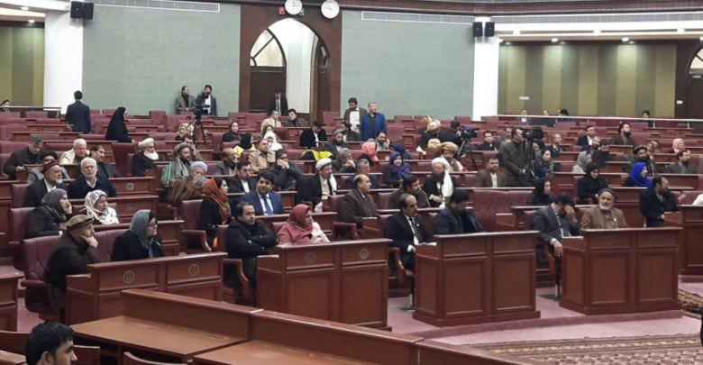 همزمان با این اعتراضات، شماری از اعضای مجلس نمایندگان افغانستان در نشست عمومی امروز دوشنبه (۵ قوس) با انتقاد از رهبری حکومت وحدت ملی، خواهان آزادی فرمانده علیپور از زندان امنیت ملی شدند