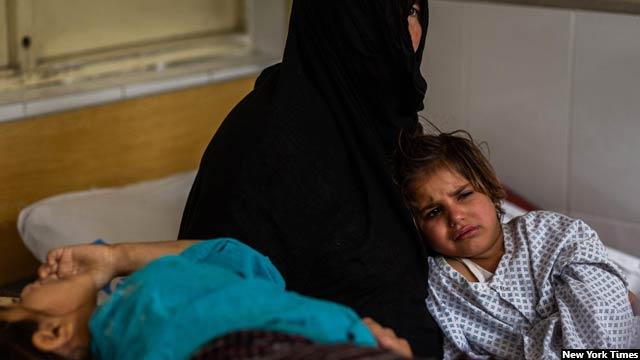 مروه 4 ساله و دختر کاکایش رابعه 7 ساله ـ در تختهایشان در شفاخانه از درد به خود میپیچند و در تلاش اند تا شیوه راحتتری جهت نشستن یا خوابیدن پیدا کنند