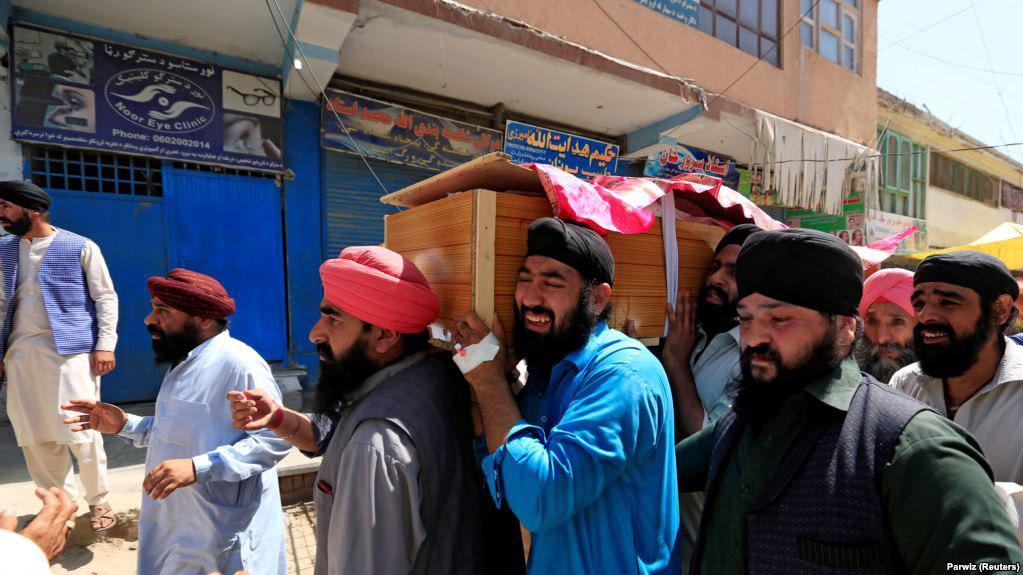 در حملهی انتحاری در شهر جلالآباد، ۱۹ تن بر علاوه اوتار سینگ خالصه که تنها نامزد مجلس نمایندگان از این قشر جامعه افغانستان بود کشته و بیش از ۲۰ تن دیگر زخمی شدند