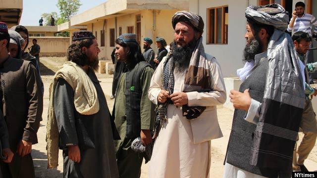 مولوی حبیب الرحمان، در وسط، یکی از فرماندهان داعش، از مقامات خواستار امنیت شخصی شده است