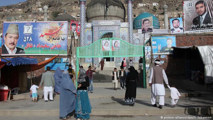 کمیسیون مستقل انتخابات افغانستان از نامزدان انتخابات پارلمانی خواسته که پوسترهای تبلیغاتیشان را طوری نصب کنند که نمای شهر را «برهم» نزند
