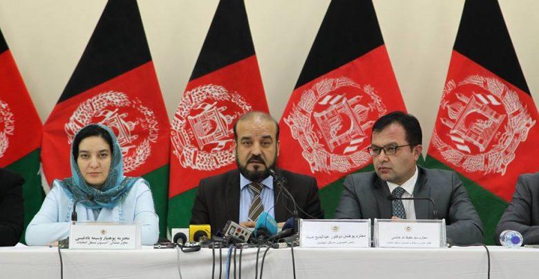 مقامهای کمیسیون انتخابات افغانستان میگویند که موضوع استعفا و یا عدم استعفای رئیس اجرایی دولت افغانستان برای نامزدی در انتخابات ریاست جمهوری جنجالی شده است