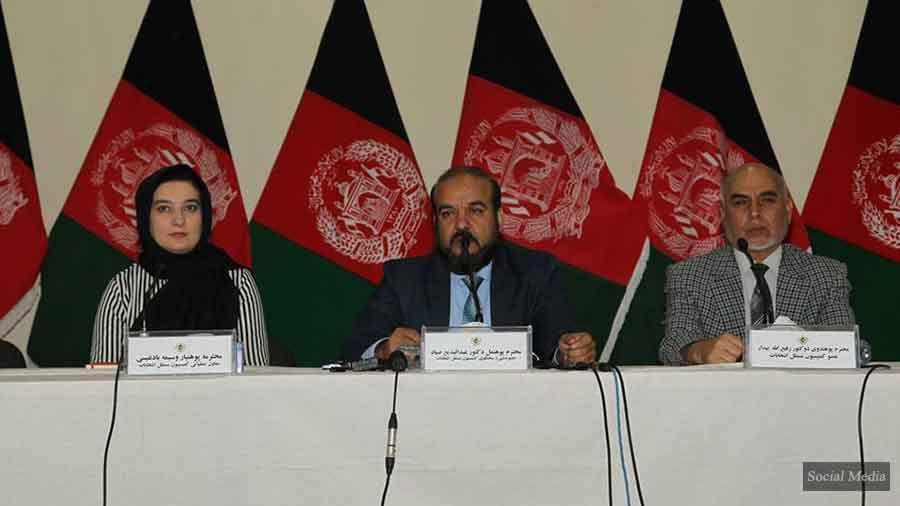 مقامهای کمیسیون مستقل انتخابات افغانستان تاکید دارند که آنان کاری به طرز تهیه و تدارکات حکومت ندارد، اما تأیید میکنند که این مقدار ماشینهای بایومتریک در اختیار این کمیسیون قرار داده شده است.