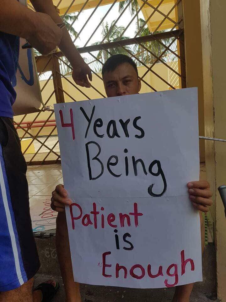 مهاجران افغانی که بیشتر آنان هزاره(شیعه مذهب) اند، 5 سال است که در این کمپ زندانی میباشند