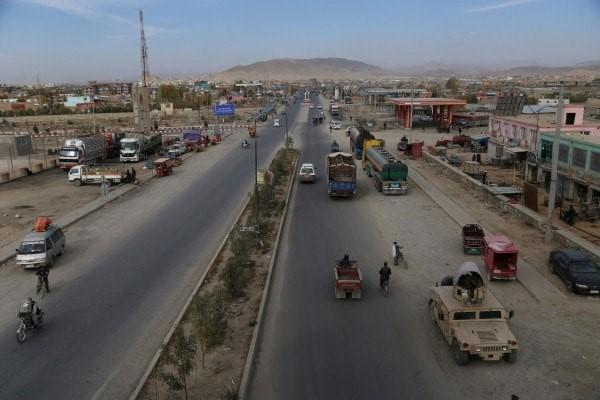 وسایط نقلیه در ماه اکتبر در بزرگراه میان غزنی و کابل حرکت میکنند. (زکریا هاشمی / خبرگزاری فرانسه / گتی ایمج)