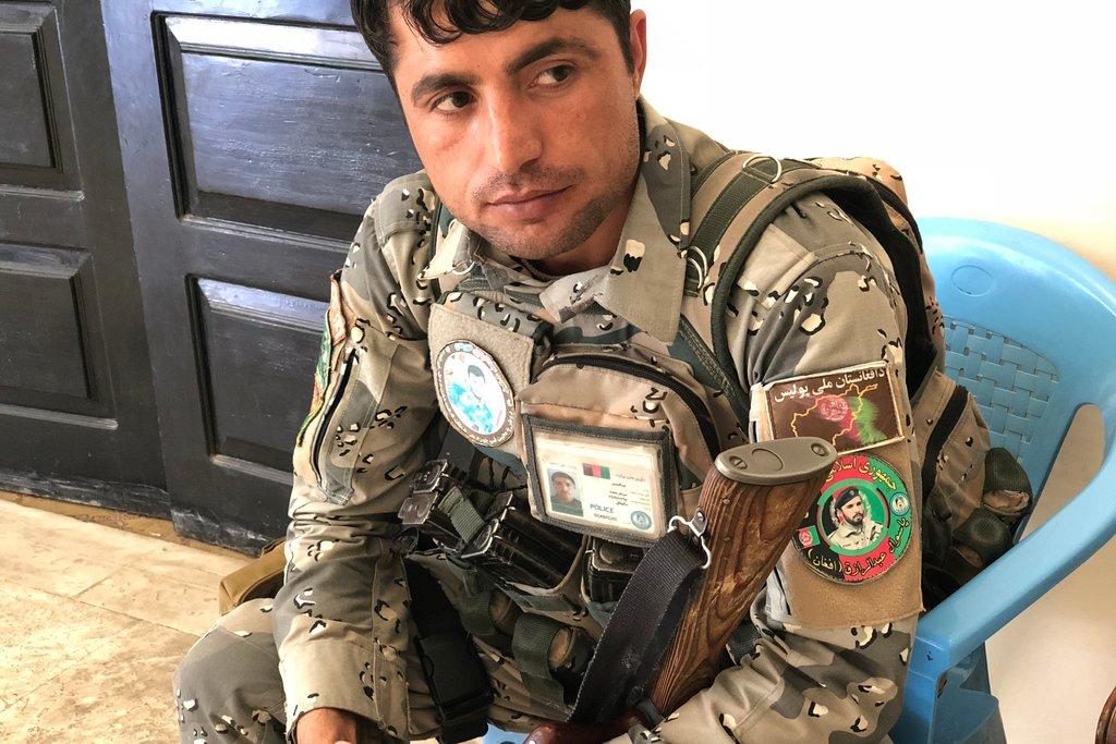 یک افسر پولیس که نشان یی با عکس جنرال رازق که در شانه اش دارد