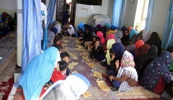 هزارههای ولسوالیهای مالستان و جاغوری پس از ترک خانههایشان و رسیدن به شهر غزنی در 12 نوامبر، در مسجدی پناه گرفتهاند. (سید مصطفی / EPA-EFE / Shutterstock)