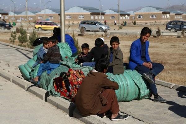 پس از فرار از ولسوالی جاغوری، به دلیل جنگهای دوامدار بین طالبان و نیروهای امنیتی افغان در روز 15 نوامبر، افراد بیجاشده در شهر غزنی استراحت میکنند. (زکریا هاشمی / خبرگزاری فرانسه / گتی ایمج)