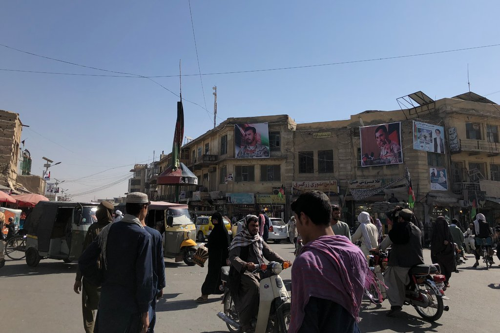 پوسترهای شهید عبدالرزاق در یکی از چهارراهی قندهار
