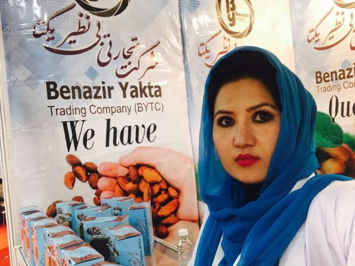 بینظیر اولین زنی است که برای صادرات کالاهای تولید شده افغانستان، از دهلیز هوایی استفاده کرده است
