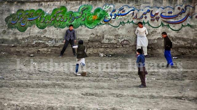 در حال زدن ضربهی پنالتی در جمع همبازیهای پسر / غرب کابل، تپههای دشت برچی عکس: ذکی امینی / خبرنامه