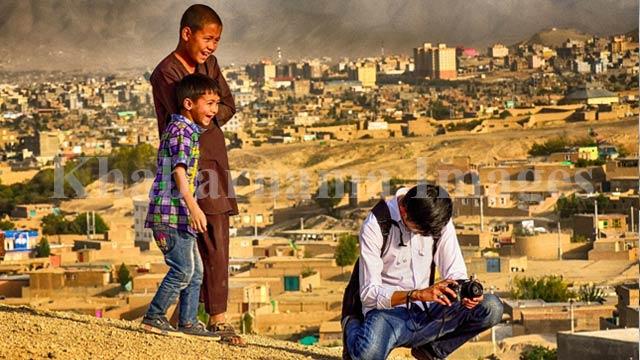 کودکان خندان با عکاسی در حال عکس گرفتن / غرب کابل، دشت برچی عکس: ذکی امینی / خبرنامه