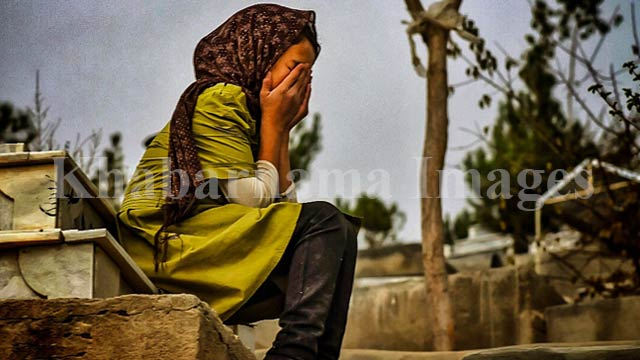 کودکی گریان بر مزار پدر / غرب کابل، تپههای دشت برچی عکس: ذکی امینی / خبرنامه