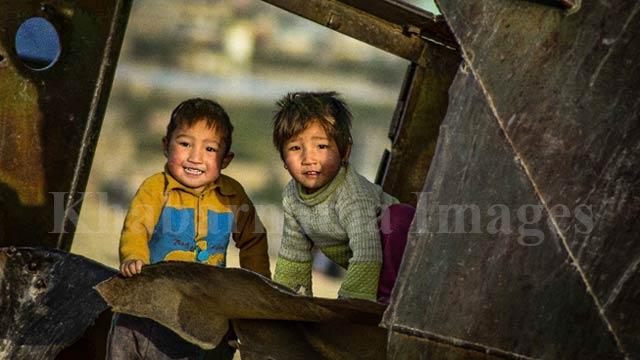 کودکانی که در میان ابزارهای جنگ، در جستجوی آرامش گمشدهشان هستند./ غرب کابل، تپههای دشت برچی عکس: ذکی امینی / خبرنامه