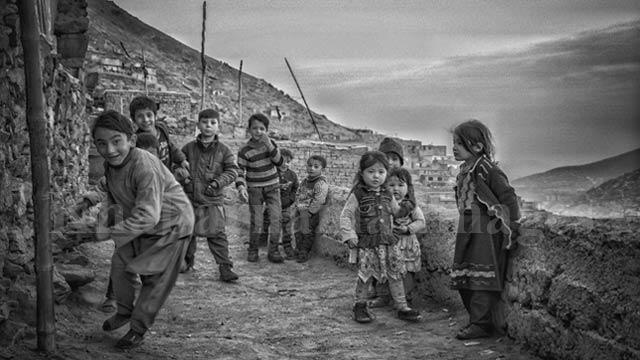 """کودکان مصروف بازی کودکانهی """"دنده کلک"""" / کابل، چنداول عکس: ذکی امینی / خبرنامه"""