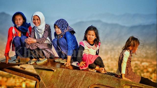 تانکهای جنگی که به محل بازی کودکان تبدیل شده است/ غرب کابل، دشت برچی عکس: ذکی امینی / خبرنامه