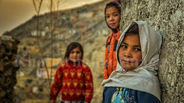 دختران خردسالی که حین بازی کودکانه، متوجه دوربین عکاسی میشوند./ کابل، چنداول عکس: ذکی امینی / خبرنامه