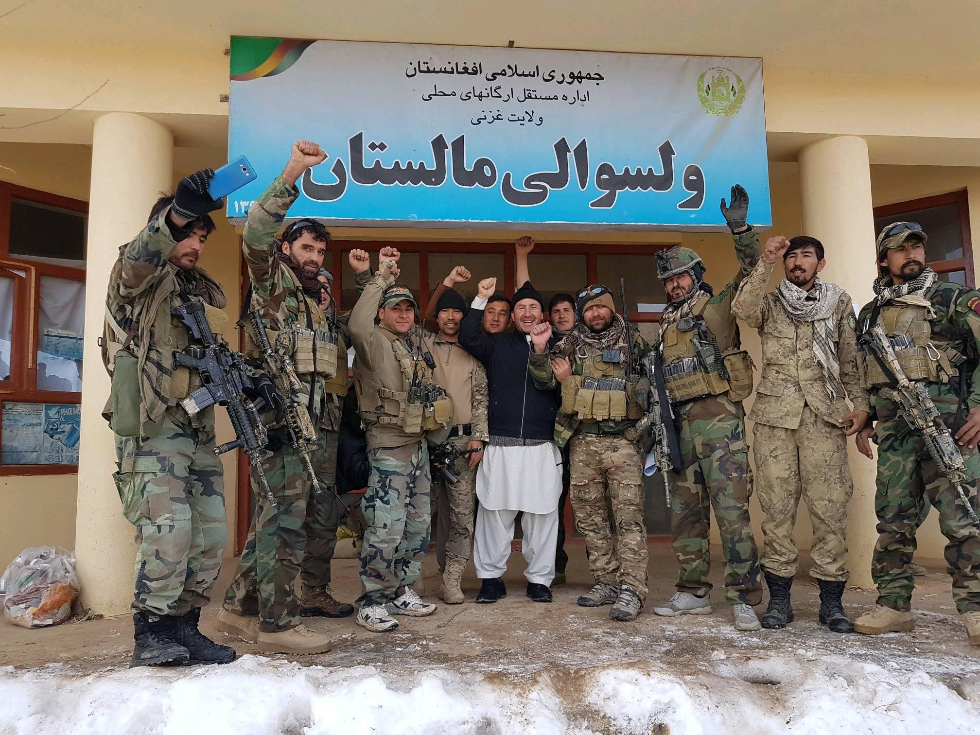 ضامن علی هدایت، ولسوال مالستان در میان جمع از نیرو های امنیتی
