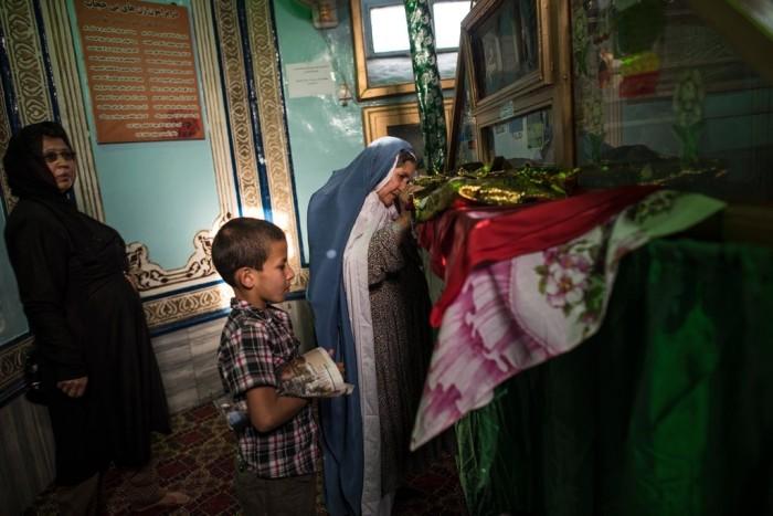 زنان افغان در زیارت گاه که در سال 2015 یک زن متفکر اسلامی تا سرحد مرگ ضرب و شتم شده بود