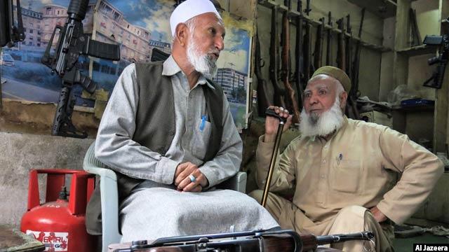 بانات خان، سمت چپ، میگوید فامیلش مدت های زیادی را در محل سلاح می فروخته است که او به خاطر نمی آورد