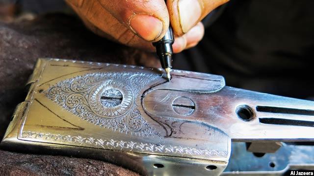 کارگران شامل حکاکان حرفه ای می شوند که کار آن بیشتر روی سلاح های شکاری گرانبها متمرکز است