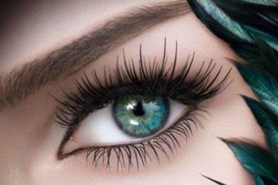 بهترین نوع آرایش برای چشمهای بادامی، فر کردن مژهها و استفاده از ریمل است