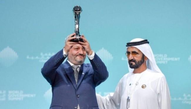 فیروزالدین فیروز، وزیر صحت عامه افغانستان حین دریافت جایزه بهترین وزیر جهان از سازمان سران کشورهای جهان