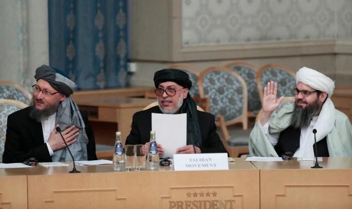آقای استانکزی، در وسط، هنگام گفتگوهای صلح در مسکو در ماه نوامبر