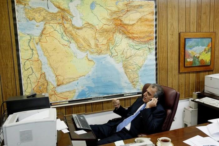 سال 2004، آقای خلیلزاد به عنوان سفیر ایالات متحده آمریکا به افغانستان در سفارت آمریکا در کابل
