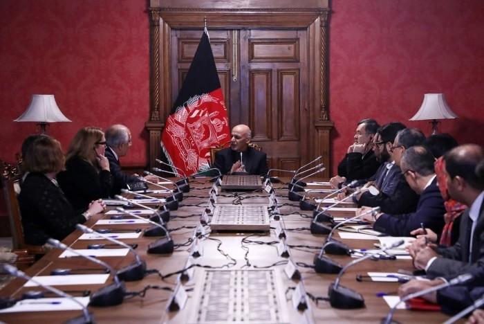 آقای غنی، وسط، ماه گذشته در کابل به همراه آقای خلیلزاد، سوم از سمت چپ. آقای غنی میترسد از حرکت سریع آمریکایی ها برای رسیدن به صلح با طالبان