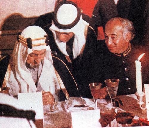 بهوتو(راست) همراه با شاه فیصل در یک مهمانی در کراچی سال 1974 / عکس: Dawn