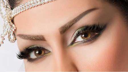 بهترین رنگ سایه برای چشمهای قهوهای، رنگهای آبی، طلایی، نقرهیی و صورتی است که باعث ایجاد کنتراست با رنگ چشمها میشود و درخشش چشمها را دو چند میسازد