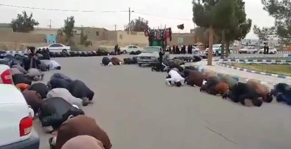 کاربران توییتر تصاویری از برپایی نماز شکر در سطح شهر زابل ایران را منتشر کردهاند