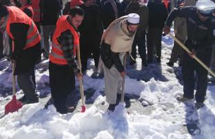 حشر عمومی؛ روایت تصویری پاک کاری جاده ها از برف در شهر غزنی
