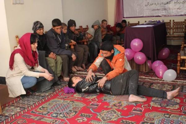 خانم هاشمی در آغاز کار خود دوره 2 ماهیی آموزشی را برگزار کرده است. او سعی کرده که با سه قشر مهم کار کند
