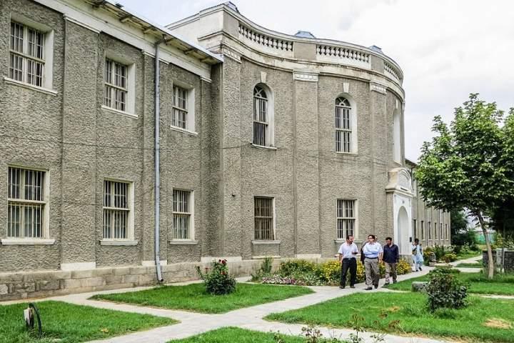 موزیم ملی افغانستان در سال 1303 به قصر کوتی باغچه ارگ کابل انتقال کرد و توسط امان الله خان به طور رسمی افتتاح شد