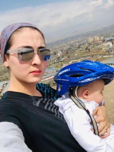 """خانم حکیمی با یادآوری زندگی در ایران در گفتگو با خبرنامه گفت: """"به عنوان مهاجر ما هیچ وقت در اولویتها قرار نگرفتیم و همیشه به مشکلات زیای رو به رو بودیم"""