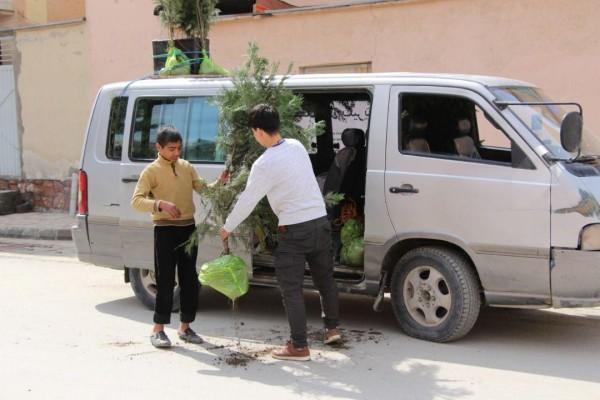 کارا والنتیر برای دو ساعت برگزار شد، با توزیع 70 نهال 400 لباس جمعآوری کرد و آن را به یکی از کمپ مهاجرین تحویل داد