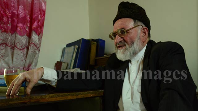 محمد اکبر دلاور 67 سال سن دارد و درس های ابتدای خود را در لیسه سالنگ تمام کرده و بعد با سپری کردن اولین دوره امتحان کانکور وارد انستیتوت تربیه معلم تخنیکی میشود