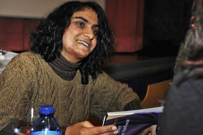 خانم غلام تا 16 سالگی زنی کاملا بیسواد بود که قادر به نوشتن و خواندن نیز نبود اما تلاش کرد تا با صحبت با معلمین مکتب بتواند به صورت فشرده آن چه را سالها از دست داده است دوباره به دست آورد و در نهایت با پشت کار موفق شد تا به خواسته های خود برسد