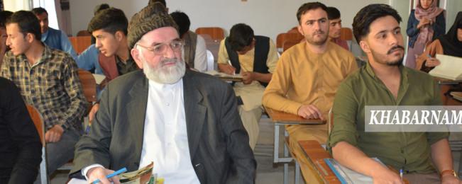 محمد اکبر دلاور در کهن سالی با انگیزه جوانی؛ داستان دانشجوی ۶۷ ساله پایتخت افغانستان