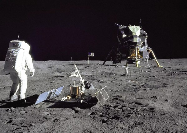 پنجاه سال پیش، در چنین روزی (20 جولای 1969) یک شهروند آمریکا به عنوان اولین انسان بر سطح ماه پای گذاشت