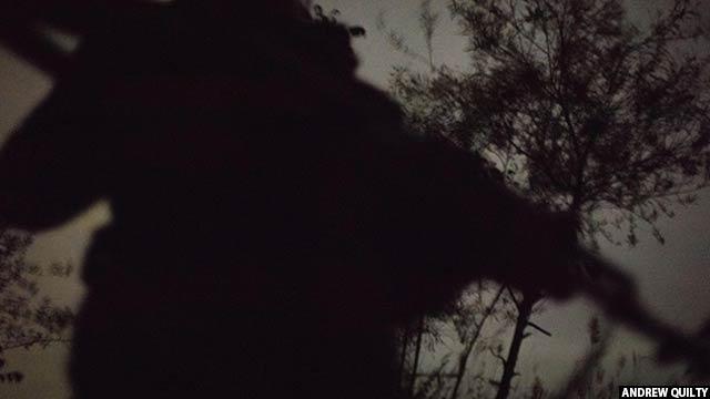 گشت یک پولیس محلی افغان در نصف شب در میان پایگاه های سیدآباد ولسوالی نادعلی هلمند، بعد از یک درگیری کوچک در جریان شب با طالبان در سال 2016