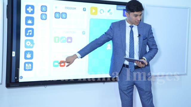 استادان نیز علاوه بر استفاده از تخته، از تلویزیون های بزرگی که در هر کلاس درسی نصب شده و وصل به انترنت است، برای آموزش استفاده می نمایند