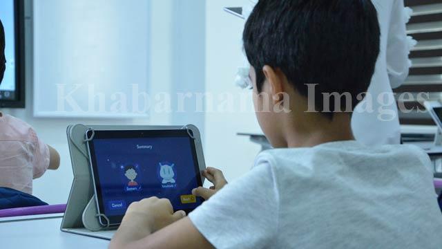 مکتب کاردان به صورت گسترده دیجیتال است. دانش آموزان با حضور از ساعت 8 تا 3 در مکتب تمام مواد درسی شان را در تبلیت های ویژه می خوانند