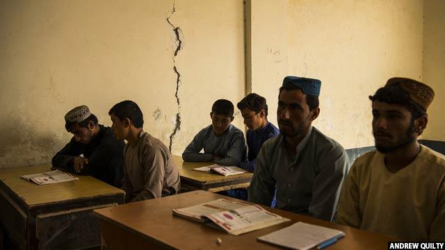 شاگردان صنف نه در حال خواندن انگلیسی در مکتب سید آباد در نوامبر 2018