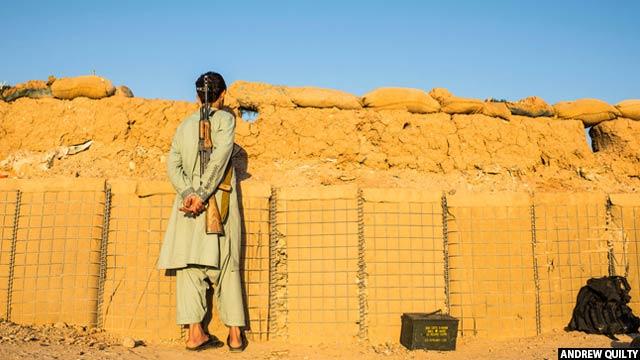 یک عضو نیروی مرزی افغان در یک ایست بازرسی در صبح گاهی در ولایت هلمند، 24 ماه جون