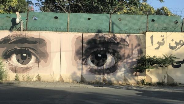 چشمانی که روی دیوار امنیتی ریاست عمومی امنیت ملی نقاشی شده و به سمت کوچه ها می نگرد / عکس : الجزیره