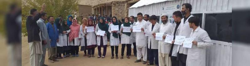تحصن کارمندان صحی در دایکندی؛ ۵ روز جنجال و ادعای عدم اجرای گسترده معاشات کارمندان صحی
